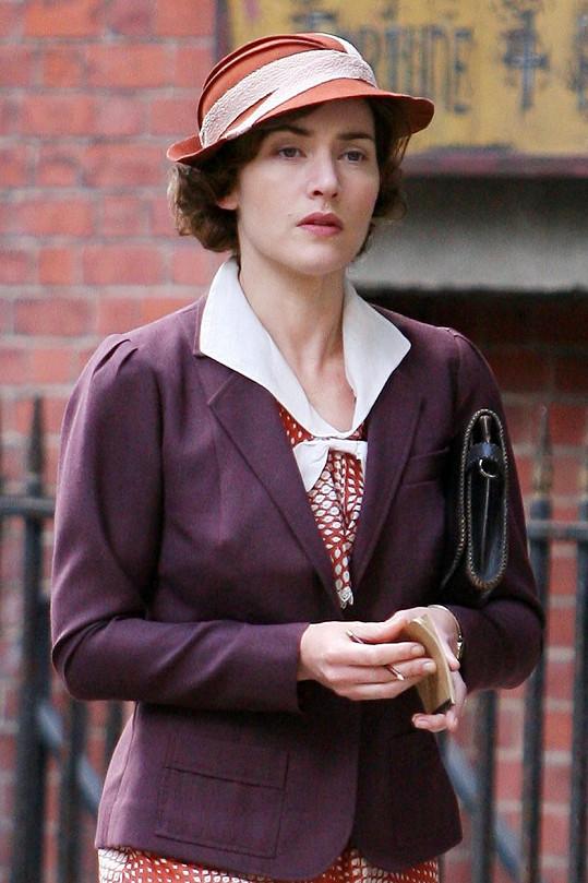 Brunetku s účesem typickým pro 30. léta ztvárnila v seriálu Mildred Pierceová.