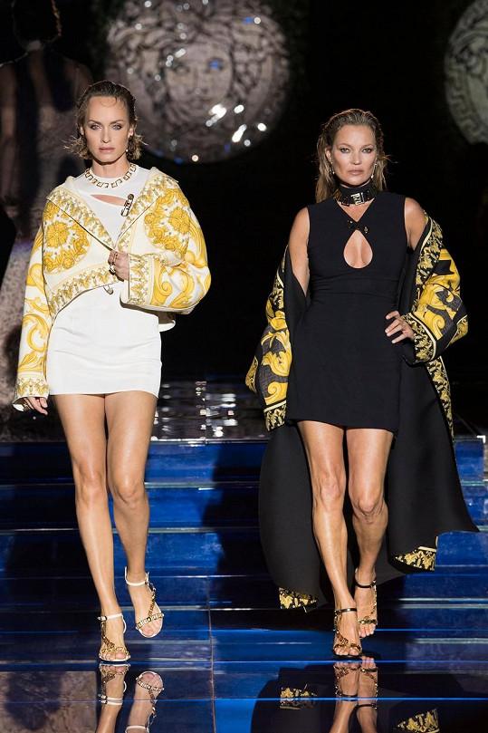 Pak se na molo vydaly další hvězdy modelingu - Amber Valletta a Kate Moss.