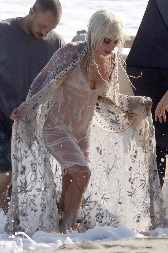 Bílé šaty se okamžitě staly průsvitnými.