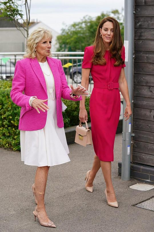 Obě byly oblečené do odstínů růžové. I když ta, kterou oblékla první dáma USA zářila více, Kate rozhodně nezastínila.