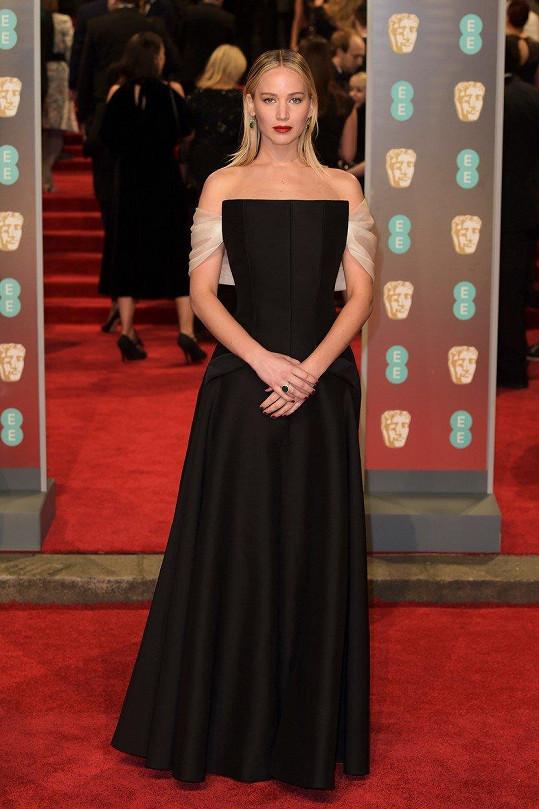 V případě tváře módního domu Dior byla značka jejích šatů jasná. Jennifer Lawrence zvolila černou korzetovou róbu, která vynikala elegantně spadenými rukávky z bílého šifonu.