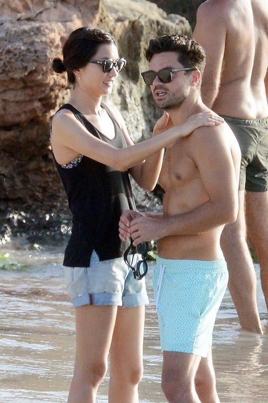 Dominic Cooper a Gemma Chan jsou novým hvězdným párem.