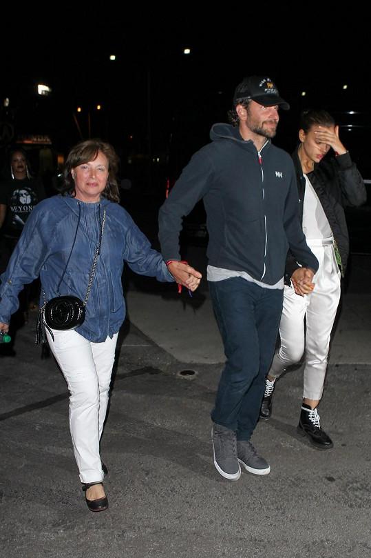 Tohle vypadá vážně. Bradley si výborně rozumí i s modelčinou maminkou Olgou.