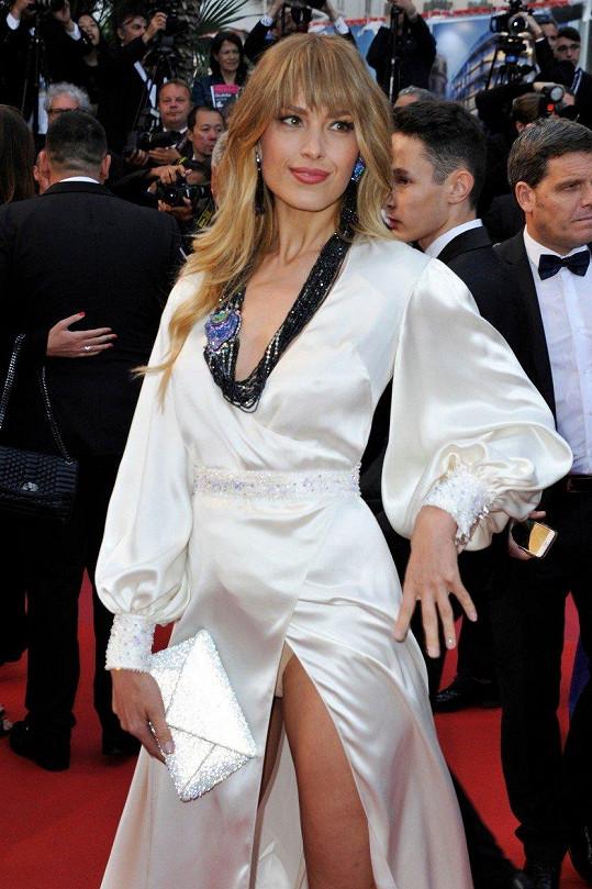 Petra Němcová ukázala v Cannes kalhotky.