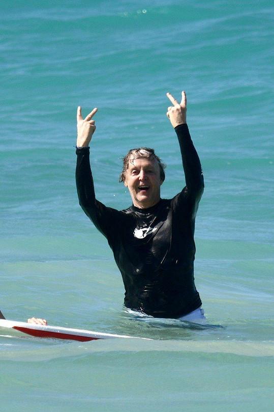 Paul McCartney ve vodě řádil jako mladík.