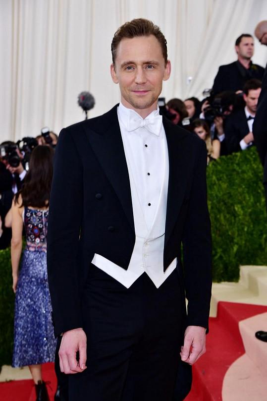 Tom Hiddleston nahradil Calvina Harrise.