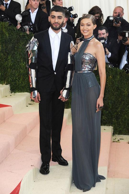 Skvěle se sladili Gigi Hadid a Zayn Malik. Ona oblékla šaty od Tommyho Hilfigera s metalickým korzetem bez ramínek, on zvolil oblek Versace s robotickým rukávem a ladícím s šaty partnerky a boty od Jimmy Choo.