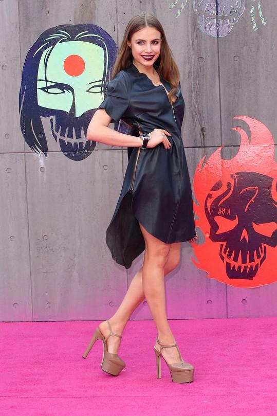 Xenia Tchoumitcheva zvolila šaty s odvážným rozparkem.