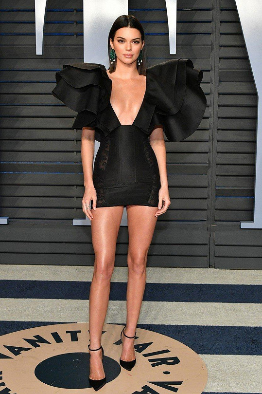 Kendall Jenner ukázala dekolt i nožky.