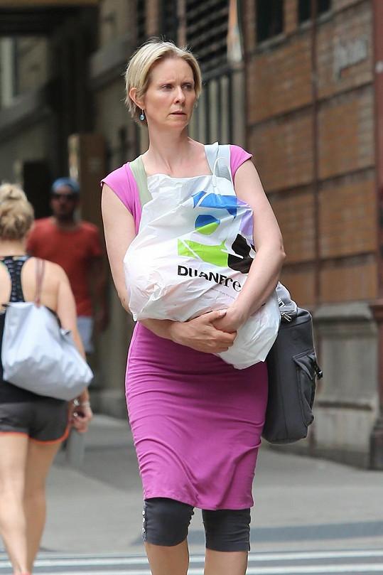Obtěžkána taškami kráčela New Yorkem...
