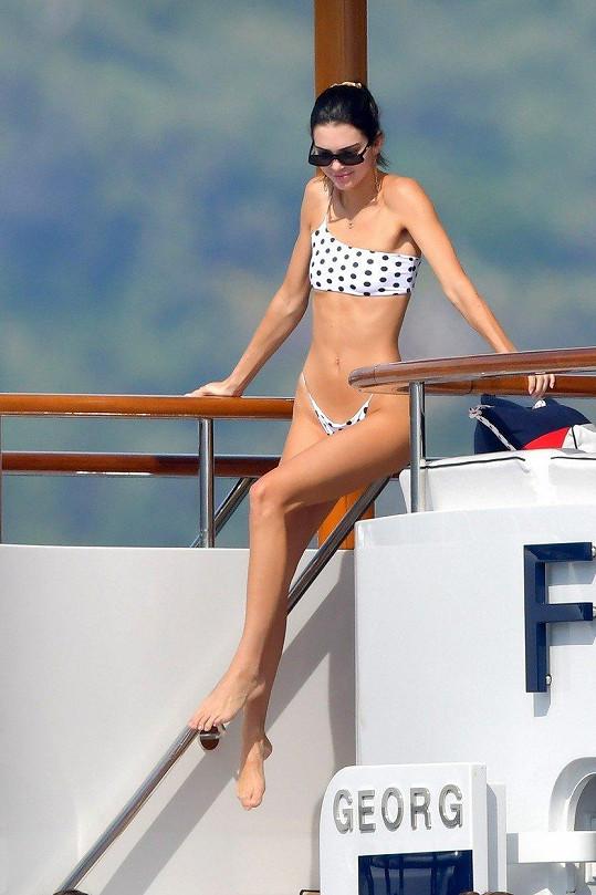 Kendall Jenner ukázala křivky v bikinách.