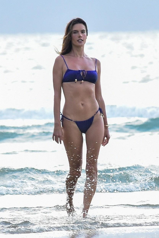 V Brazílii fotila plavky pro vlastní značku.