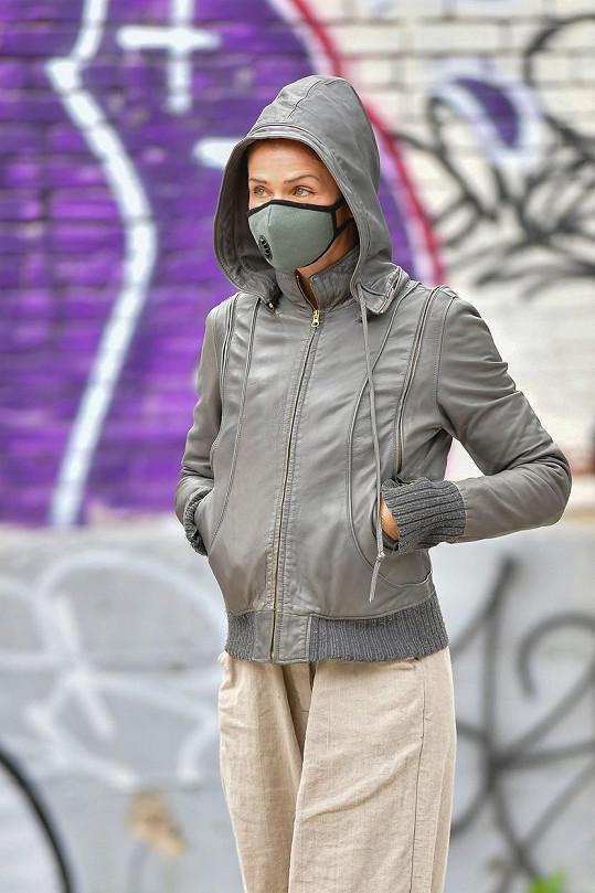 V New Yorku se modelka na ulici chrání rouškou nebo respirátorem.