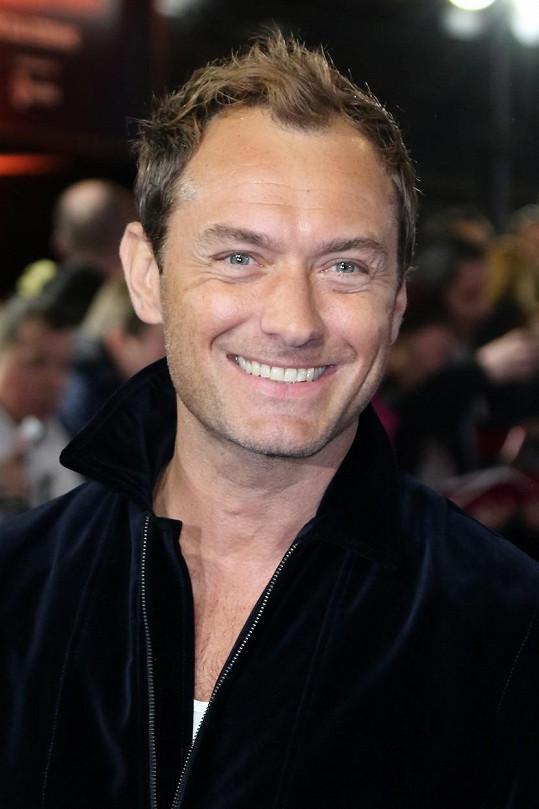 Jude Law se během karantény stal pošesté otcem.