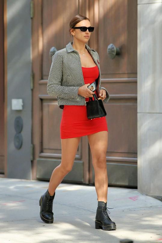 Irina Shayk si své modelkovské křivky udržuje i v karanténě.