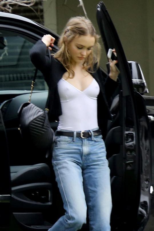 Nadějná herečka se i přes svou štíhlost může pochlubit sexy dekoltem.