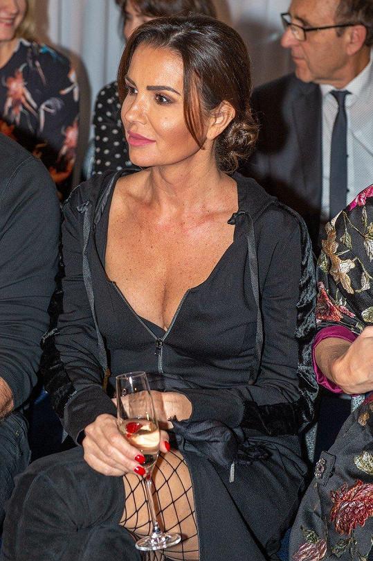 Silvia Lakatošová se pyšní bujným poprsím.