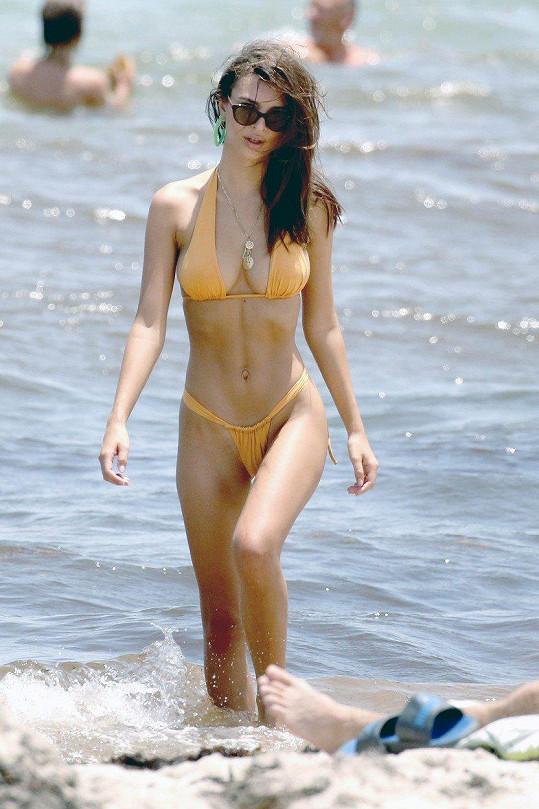 Emily hrdě nosí vlastní modely plavek.