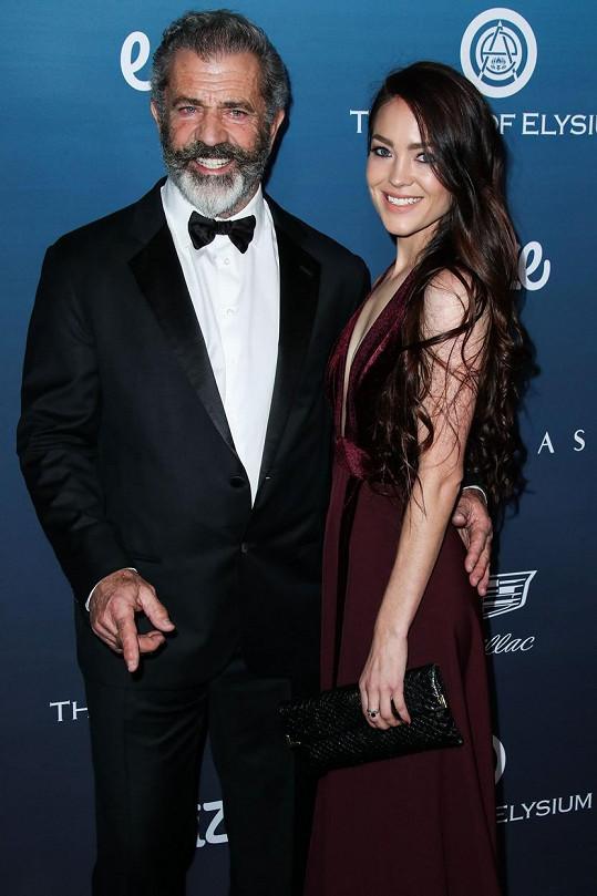 Mel Gibson s partnerkou Rosalind (2019)