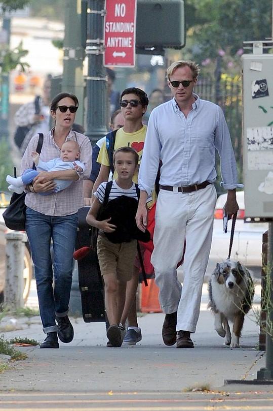 Herečka s dětmi a jejím manželem Paulem Bettanym na snímku z roku 2011