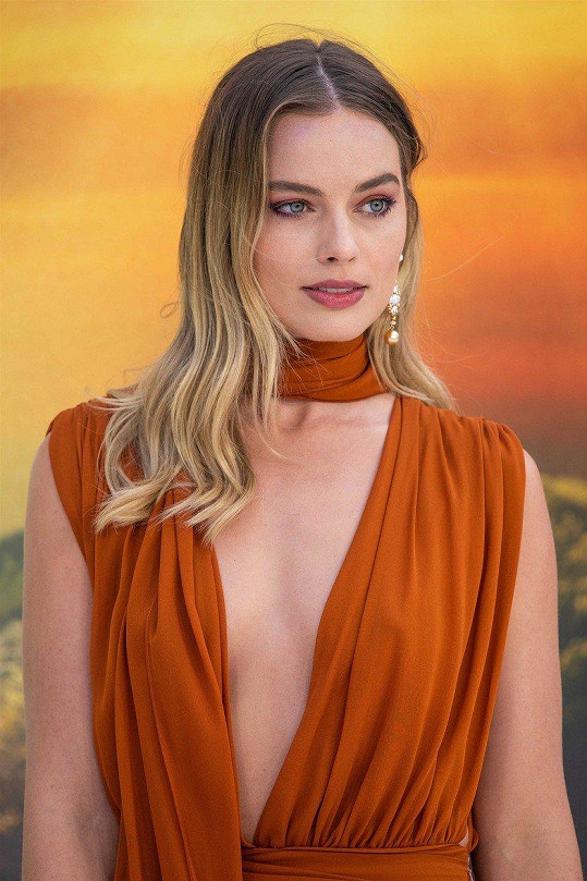 Na londýnské premiéře filmu Tenkrát v Hollywoodu Margot předvedla hodně hluboký výstřih, který sotva uhlídala.