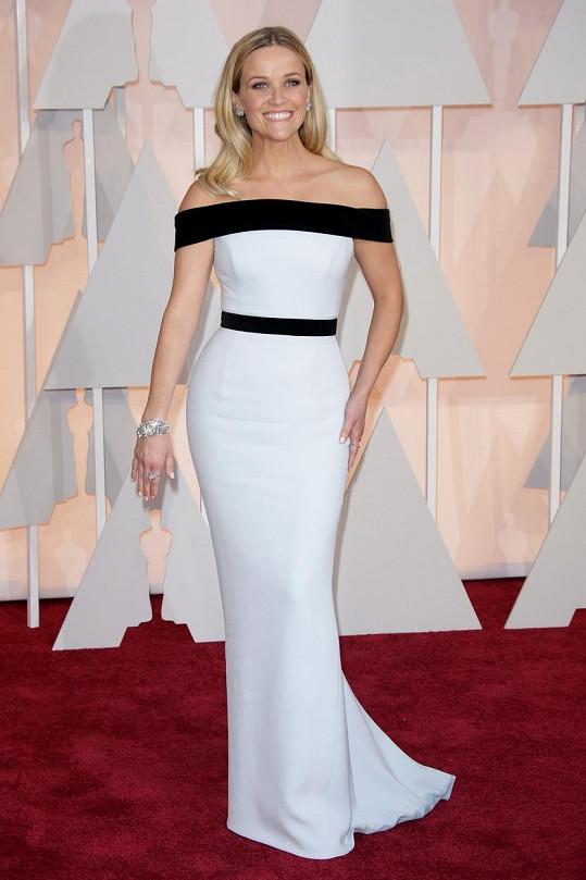 Herečka nominovaná v kategorii nejlepší herečky Reese Witherspoon přišla v minimalistické sněhobílé říze s černými panely od Toma Forda.