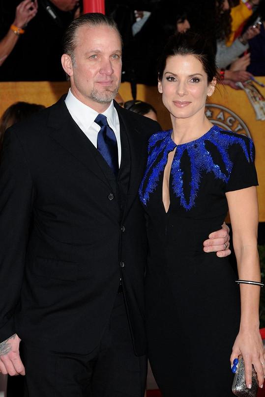 McGee údajně stojí za krachem manželství Sandry Bullock a Jasseho Jamese.