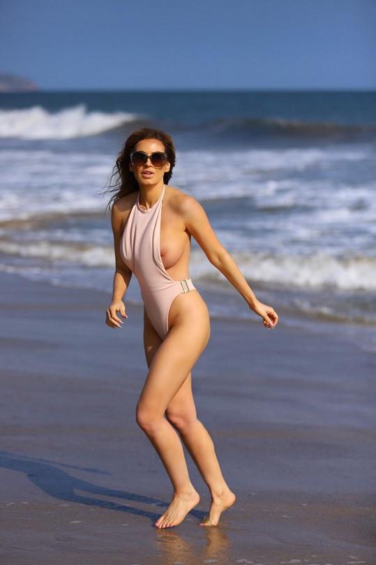Playmate Ana Braga neuhlídala plavky.