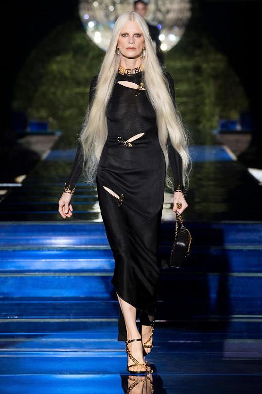 Kristen McMenamy byla nejstarší modelkou přehlídky, je jí 56 let.