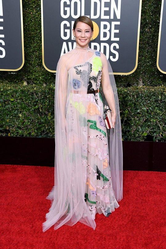 Hned druhým přešlapem Lucy Liu po loňském odbarvení na blond byl výběr těchto šatů značky Galia Lahav.