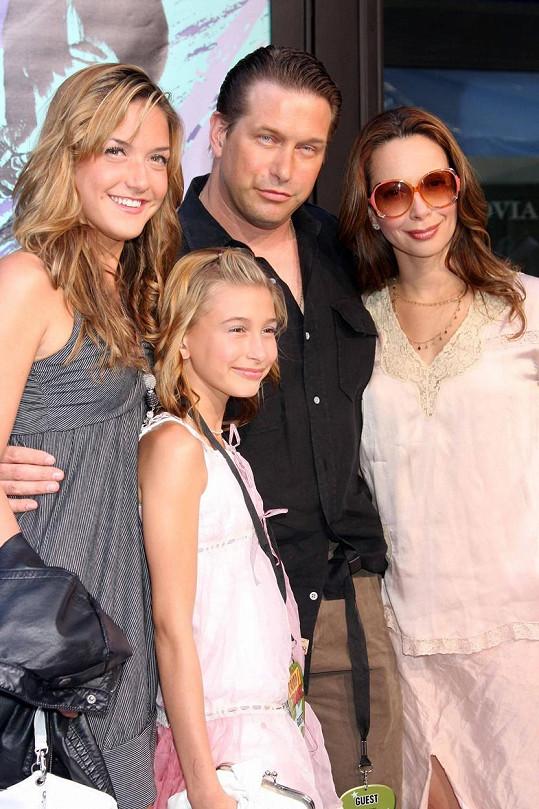 ... s fotkami z dětství. Na archivním snímku Hailey (nejmenší) s rodinou