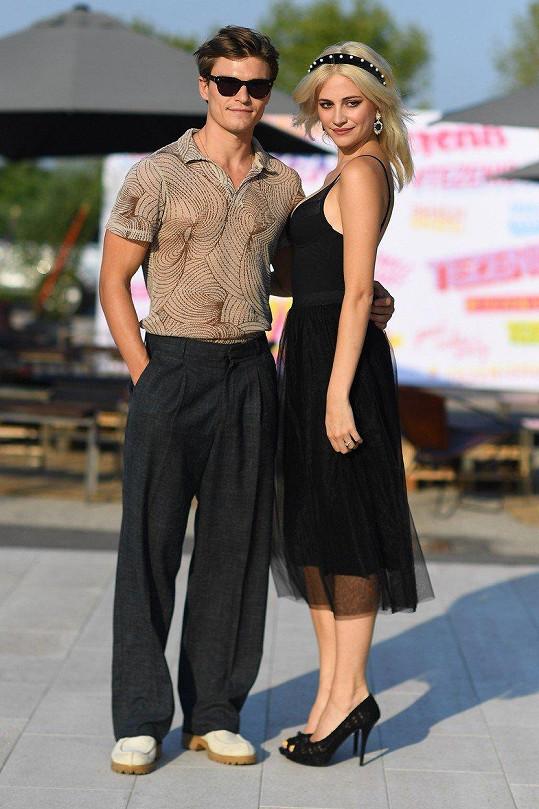 Obvykle je Oliver Cheshire tím hlavním, kolem kterého se vše na módní přehlídce točí. Tentokrát britský model ale plnil úlohu doprovodu své snoubenky Pixie Lott.