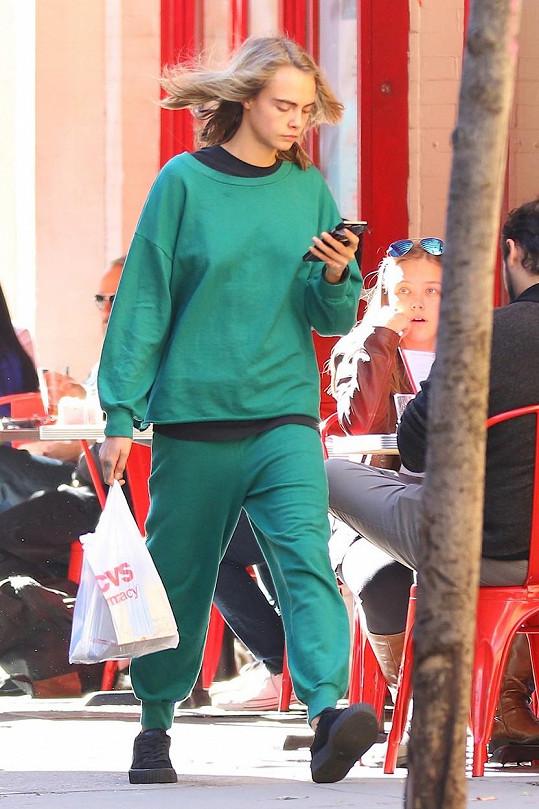 Cara se zajímala pouze o svůj mobilní telefon.