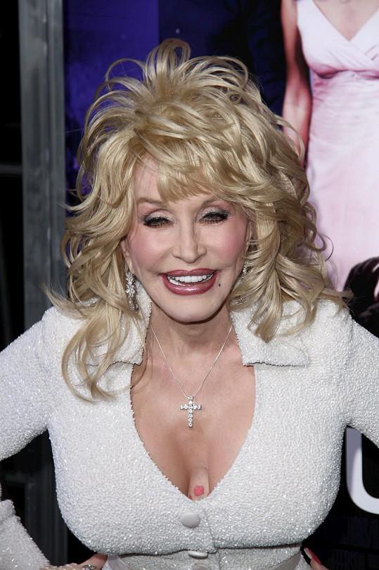 Dolly Parton zdobí maličká tetování, kterými překrývá své jizvy.