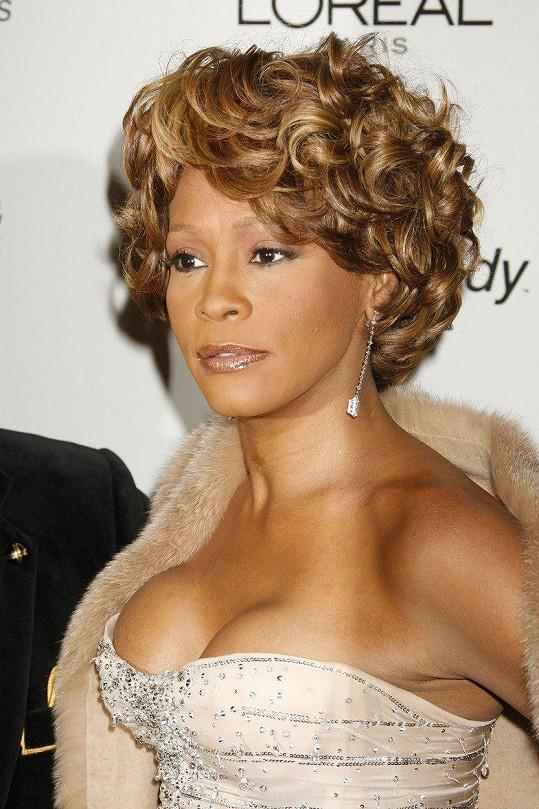Zdrogovaná Whitney Houston se utopila ve vaně.