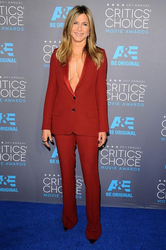 Jennifer vsadila na rudý kostým s odvážným dekoltem.