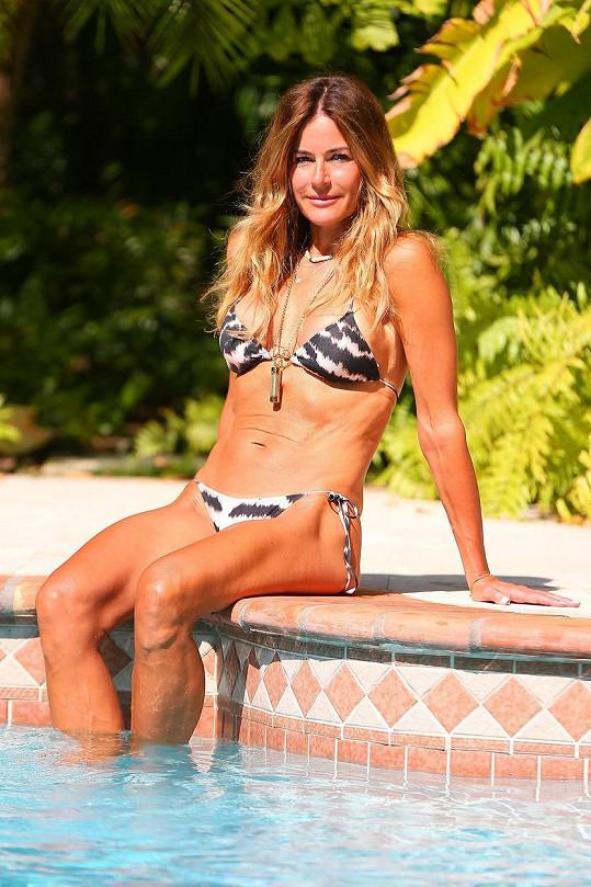 Kelly Bensimon si užívá u bazénu.