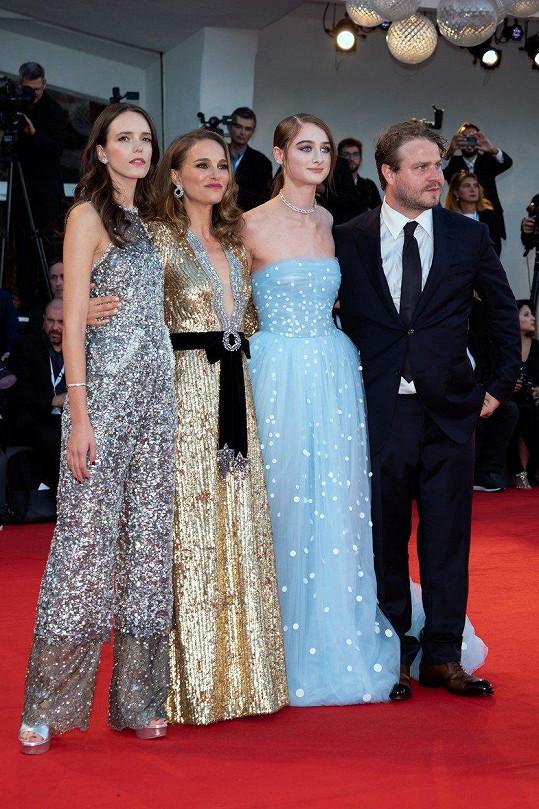 Portman s hereckými kolegyněmi Stacy Martin, Raffey Cassidy a režisérem Bradym Corbetem.