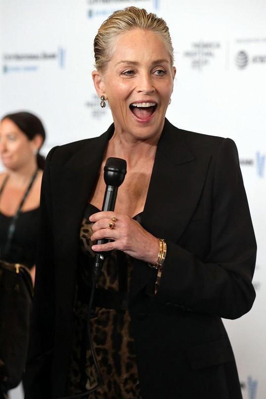 Sharon Stone prý randí s výrazně mladším rapperem.