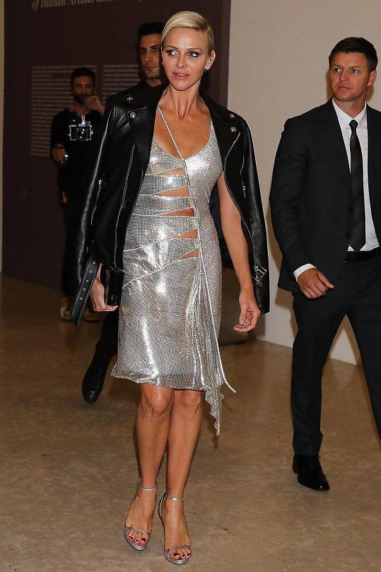 Monacká kněžna Charlene na přehlídce značka Versace