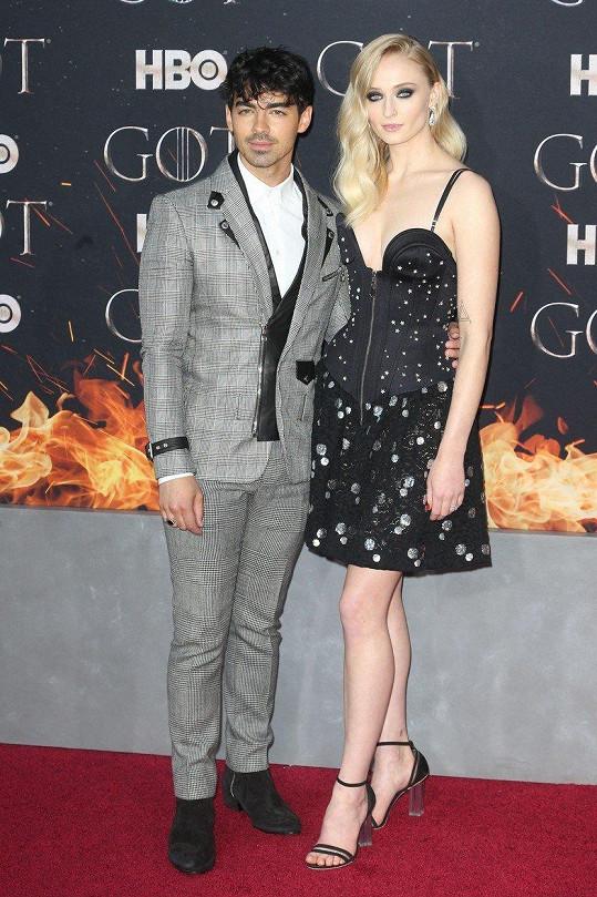 Herečku Sophie Turner doprovodil její snoubenec, zpěvák Joe Jonas.