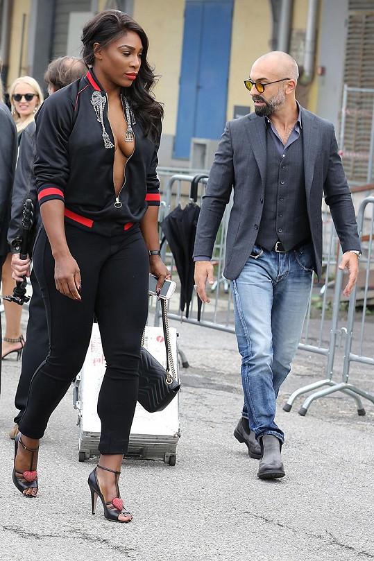 Serena Williams se po Miláně procházela v hodně odvážném modelu.