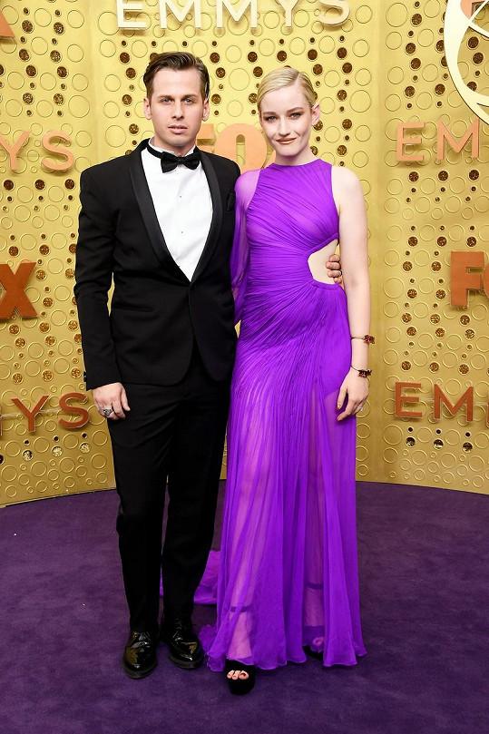Hudebník Mark Foster se oženil s herečkou Juliou Garner, známou ze seriálu Ozark.