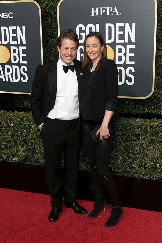Hugh Grant vzal těhotnou partnerku na udílení Zlatých glóbů.