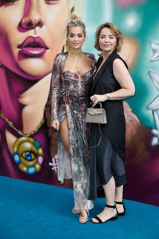 Rita Ora s maminkou Verou, která je psychiatričkou a nyní jako lékařka slouží v první linii.