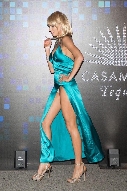A v říjnu to bylo velmi napínavé i v případě čtyřiadvacetileté modelky Charlotte McKinney na Casamigos Party v Los Angeles.