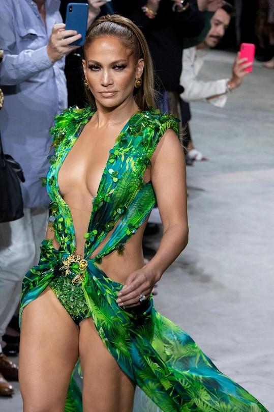 Na přehlídce Versace v Miláně vynesla ikonický model, kterým se před lety zapsala do dějin...