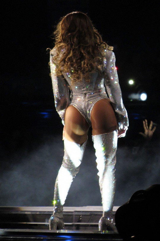 V outfitu vystavila své pozadí v plné kráse.