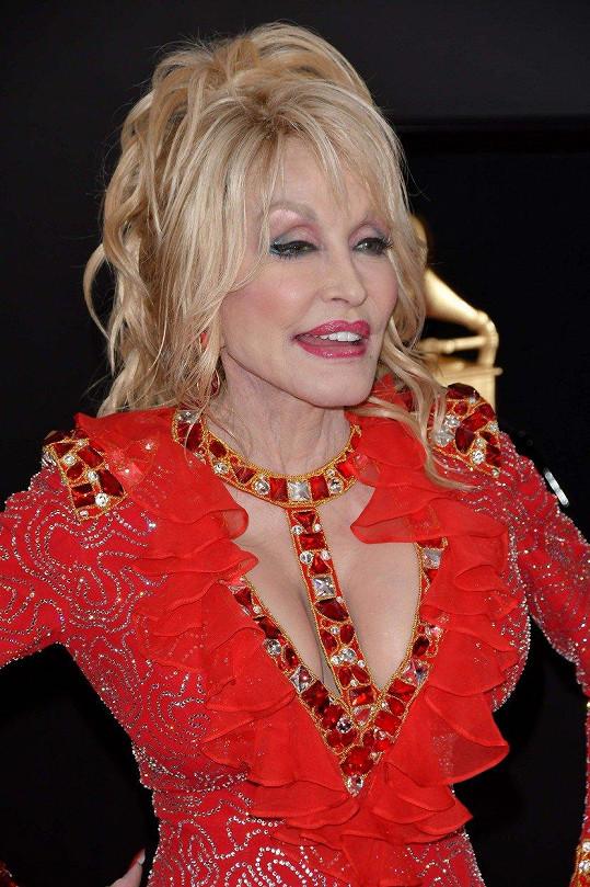 Dolly Parton vystavila své legendární vnady.