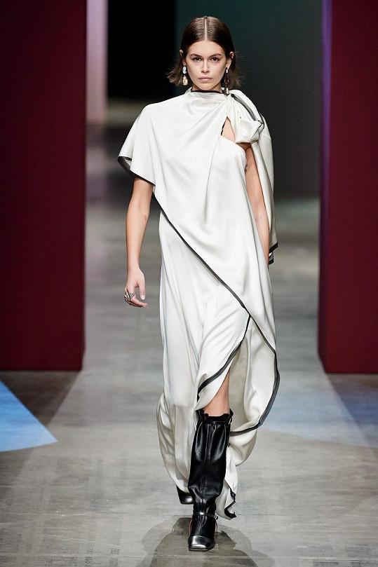 Kaia Gerber předváděla na týdnu módy v Miláně.
